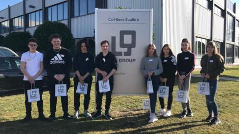 Die Schülergruppe von der Gemeinschaftsschule Kirchheim vor dem LQ-Logo. Foto: Andreas Held